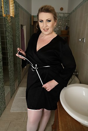 Free Mature Bathroom Porn Pictures